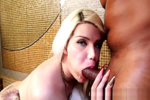 Bootylicious shemale bouncing on BBC after sucking it