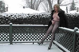 Transgenre blonde se masturbe en public en hiver