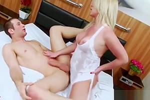 Carol Penelope Trans Gros Seins se tape un Guy Anal