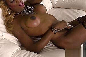 Masturbating nubian tranny shakes her ass